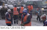 Купить «Рабочие коммунальных служб очищают дорогу от снега во время зимней непогоды», видеоролик № 29618567, снято 26 декабря 2018 г. (c) А. А. Пирагис / Фотобанк Лори