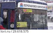 Купить «Пассажиры садятся в автобус во время снегопада», видеоролик № 29618575, снято 26 декабря 2018 г. (c) А. А. Пирагис / Фотобанк Лори