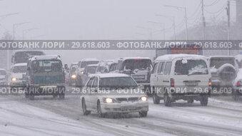 Купить «Автомобили едут по дороге во время снегопада», видеоролик № 29618603, снято 26 декабря 2018 г. (c) А. А. Пирагис / Фотобанк Лори