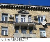 Купить «Девятиэтажный кирпичный жилой дом сталинской архитектуры (1951 года постройки). Улица Алабяна, 12, корпус 2. Район Сокол. Город Москва», эксклюзивное фото № 29618747, снято 27 марта 2015 г. (c) lana1501 / Фотобанк Лори
