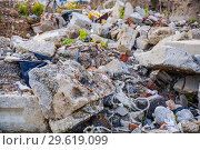 Купить «Строительный мусор на пустыре Ходынского поля», фото № 29619099, снято 18 мая 2017 г. (c) Алёшина Оксана / Фотобанк Лори