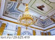 Купить «Big chandelier in the Marble Hall of Konstantinovsky Palace in Strelna», фото № 29625419, снято 9 августа 2017 г. (c) FotograFF / Фотобанк Лори