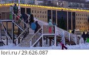 Купить «Дети и взрослые взбираются по лестнице на ледяную горку», видеоролик № 29626087, снято 30 декабря 2018 г. (c) А. А. Пирагис / Фотобанк Лори
