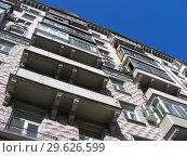 Купить «Девятиэтажный трехподъездный кирпичный жилой дом сталинской архитектуры (1951 года постройки). Улица Алабяна, 10, корпус 2. Район Сокол. Город Москва», эксклюзивное фото № 29626599, снято 27 марта 2015 г. (c) lana1501 / Фотобанк Лори