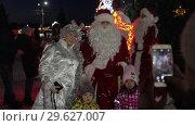 Купить «Снегурочка и Дед мороз фотографируются с детьми возле елки», видеоролик № 29627007, снято 31 декабря 2018 г. (c) А. А. Пирагис / Фотобанк Лори