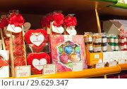 Купить «Знаменитые Любекские марципаны выставлены на полке в магазине.  Любек, Германия», фото № 29629347, снято 7 ноября 2018 г. (c) Наталья Николаева / Фотобанк Лори
