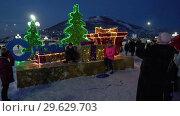Купить «Люди фотографируются у праздничной композиции «С Новым годом». Time Lapse», видеоролик № 29629703, снято 1 января 2019 г. (c) А. А. Пирагис / Фотобанк Лори