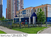 Купить «Khimki,Russia - May 10. 2018. City landscape with the building of kindergarten», фото № 29633747, снято 10 мая 2018 г. (c) Володина Ольга / Фотобанк Лори