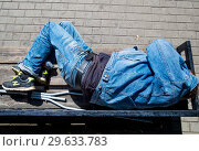 Мужчина спит лежа на скамейке (2018 год). Редакционное фото, фотограф Вячеслав Палес / Фотобанк Лори