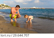 Купить «Dad with little daughter playing on the beach», фото № 29644707, снято 19 июля 2019 г. (c) Светлана Кузнецова / Фотобанк Лори