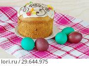 Купить «Пасхальный кулич и крашеные яйца», фото № 29644975, снято 8 апреля 2018 г. (c) Елена Коромыслова / Фотобанк Лори