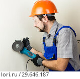 Купить «Строитель с болгаркой в руках», фото № 29646187, снято 23 апреля 2019 г. (c) Светлана Кузнецова / Фотобанк Лори