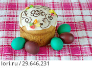 Купить «Пасхальный кулич и крашеные яйца», фото № 29646231, снято 8 апреля 2018 г. (c) Елена Коромыслова / Фотобанк Лори