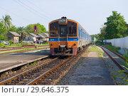 Купить «Пассажирский поезд прибывает на железнодорожную станции Пхетчабури. Таиланд», фото № 29646375, снято 13 декабря 2018 г. (c) Виктор Карасев / Фотобанк Лори