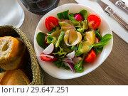 Купить «Dietary salad with tomatoes, greens», фото № 29647251, снято 13 октября 2018 г. (c) Яков Филимонов / Фотобанк Лори