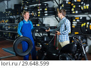 Купить «Positive mature mechanic taking to customer», фото № 29648599, снято 24 января 2019 г. (c) Яков Филимонов / Фотобанк Лори