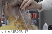Купить «Hands Of A Woman Hairdressers Make Volumetric Curls», видеоролик № 29649427, снято 20 мая 2019 г. (c) Pavel Biryukov / Фотобанк Лори