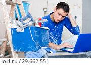 Builder handyman with laptop. Стоковое фото, фотограф Яков Филимонов / Фотобанк Лори
