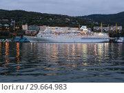 Купить «Круизный лайнер в морском порту», фото № 29664983, снято 4 сентября 2018 г. (c) А. А. Пирагис / Фотобанк Лори