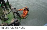 Купить «Водолаз выходит из воды на борт корабля после погружения», видеоролик № 29667059, снято 5 сентября 2018 г. (c) А. А. Пирагис / Фотобанк Лори