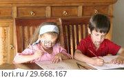 Купить «Two children painting together», видеоролик № 29668167, снято 4 апреля 2009 г. (c) Wavebreak Media / Фотобанк Лори
