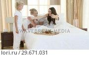 Children giving breakfast to their parents in bedroom. Стоковое видео, агентство Wavebreak Media / Фотобанк Лори