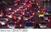 Автомобили в вечерней пробке. Бангкок (2019 год). Редакционное видео, видеограф Виктор Карасев / Фотобанк Лори