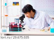 Купить «Young chemist working in the lab», фото № 29675035, снято 19 октября 2018 г. (c) Elnur / Фотобанк Лори