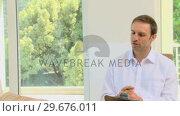 Couple talking with a salesman. Стоковое видео, агентство Wavebreak Media / Фотобанк Лори