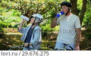 Elderly couple drinking and biking. Стоковое видео, агентство Wavebreak Media / Фотобанк Лори