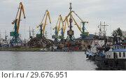 Купить «Портовый кран работает с кучей металлолома в морском порту. Time lapse», видеоролик № 29676951, снято 6 сентября 2018 г. (c) А. А. Пирагис / Фотобанк Лори