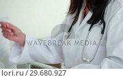 Купить «Female doctor talking to a patient», видеоролик № 29680927, снято 22 ноября 2011 г. (c) Wavebreak Media / Фотобанк Лори