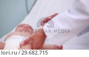 Купить «Female doctor doing an injection on a baby», видеоролик № 29682715, снято 27 апреля 2012 г. (c) Wavebreak Media / Фотобанк Лори