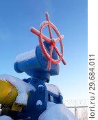 Купить «Запорный вентиль газопровода покрытый инеем и снегом на газораспределительной станции (ГРС)», фото № 29684011, снято 11 января 2019 г. (c) Григорий Писоцкий / Фотобанк Лори