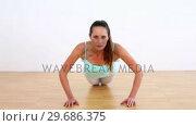 Fit model doing press ups. Стоковое видео, агентство Wavebreak Media / Фотобанк Лори