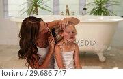 Mother brushing her little girls hair in the morning. Стоковое видео, агентство Wavebreak Media / Фотобанк Лори