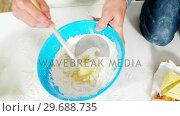 Купить «Father and son preparing cupcake», видеоролик № 29688735, снято 28 июня 2016 г. (c) Wavebreak Media / Фотобанк Лори