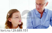 Male doctor and patient looking at x-ray. Стоковое видео, агентство Wavebreak Media / Фотобанк Лори