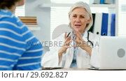 Купить «Female doctor interacting with a pregnant woman», видеоролик № 29692827, снято 25 августа 2016 г. (c) Wavebreak Media / Фотобанк Лори