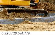 Купить «Excavator leveling soil», видеоролик № 29694779, снято 5 октября 2016 г. (c) Wavebreak Media / Фотобанк Лори