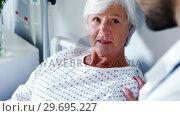 Male doctor discussing medical report with senior woman on digital tablet. Стоковое видео, агентство Wavebreak Media / Фотобанк Лори