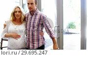 Pregnant woman walking in hospital with her husband. Стоковое видео, агентство Wavebreak Media / Фотобанк Лори