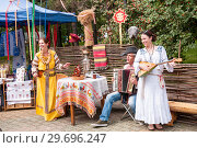 Купить «Russia, Khabarovsk, August 18, 2018: women and men in Russian-national costumes play folk musical instruments; balalaika and accordion», фото № 29696247, снято 18 августа 2018 г. (c) Катерина Белякина / Фотобанк Лори