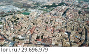 Купить «Urban view from drone of roofs of residential buildings in Spanish city of Huesca», видеоролик № 29696979, снято 24 декабря 2018 г. (c) Яков Филимонов / Фотобанк Лори
