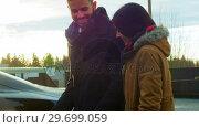 Купить «Couple talking while charging the electric car on a winter day», видеоролик № 29699059, снято 30 ноября 2016 г. (c) Wavebreak Media / Фотобанк Лори