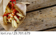 Купить «Ketchup being squeezed over french fried chips on tray», видеоролик № 29701679, снято 13 января 2017 г. (c) Wavebreak Media / Фотобанк Лори