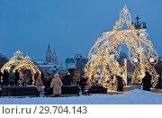 Световые конструкции перед Большим Театром ранним вечером. Москва (2019 год). Редакционное фото, фотограф E. O. / Фотобанк Лори