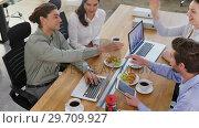 Купить «Executives working together at desk 4k», видеоролик № 29709927, снято 3 сентября 2017 г. (c) Wavebreak Media / Фотобанк Лори