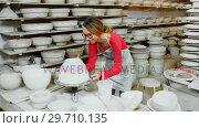 Купить «Female potter painting bowl 4k», видеоролик № 29710135, снято 6 августа 2017 г. (c) Wavebreak Media / Фотобанк Лори