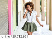Купить «Young black woman, afro hairstyle, in urban street with headphones», фото № 29712951, снято 9 октября 2017 г. (c) Ingram Publishing / Фотобанк Лори